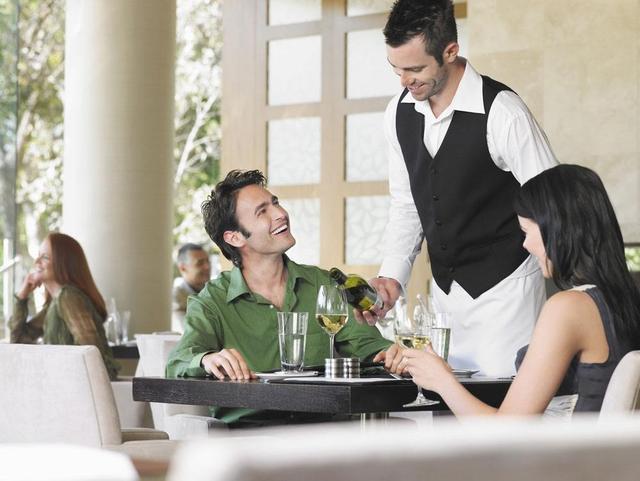 出国工作小视频,海外工作攻略,出国打工头条-国内外服务员的待遇差距